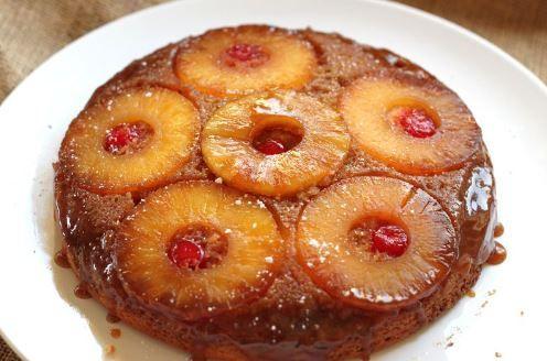Ένα πεντανόστιμο, λαχταριστό κέικ με άρωμα ινδοκάρυδου και βανίλιας καλυμμένο με καραμελωμένο ανανά. Μια εύκολη συνταγή για ένα υπέροχο κέικ για για την οι