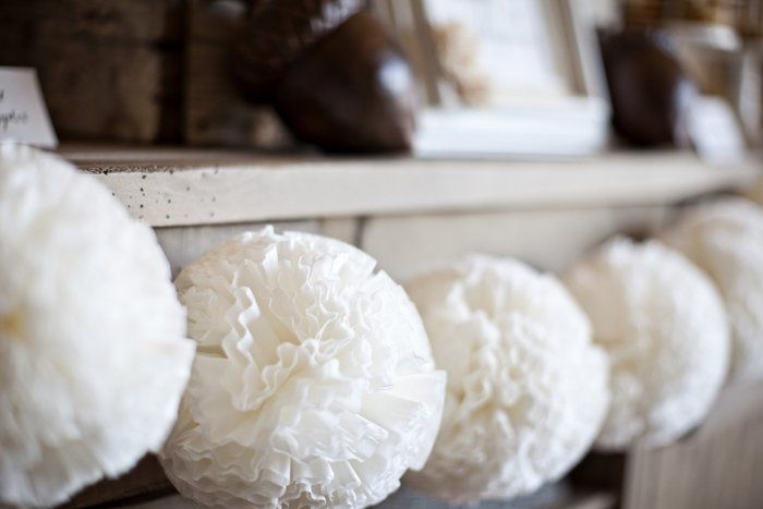 COFFEE FILTER POM POM BALL GARLAND - SNOWBALLS!  Imagine red and gold or ice blue and lime green Christmas ribbons tied to the garland too.  So happy and festive.