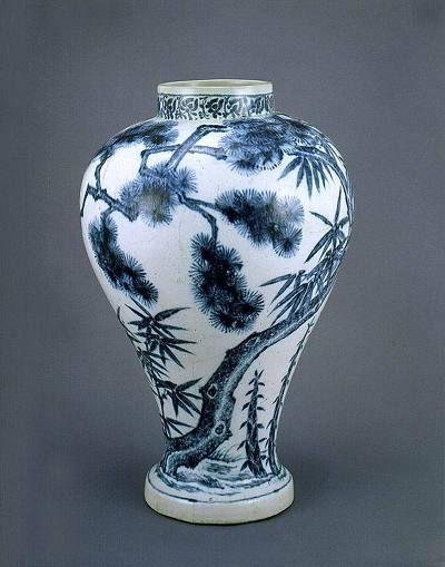 (Korea) Blue and White porcelain Vase. National Treasures No 176. Dongguk University Museum of Korea.