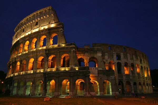 EL COLISEO DE ROMA Anfiteatro de la época del Imperio Romano, construido en el siglo I, en el centro de la ciudad de Roma. Las obras empezaron en el año 70 por emperador Vespasiano y fueron completadas en el año 80 por el emperador Tito y modificado durante el reinado de Domiciano. Dedicado a espectáculos públicos, como luchas de gladiadores, representaciones, etc. Actualmente, a parte de la atracción turística, el Papa completa el viacrucis de Viernes Santo hasta el anfiteatro.