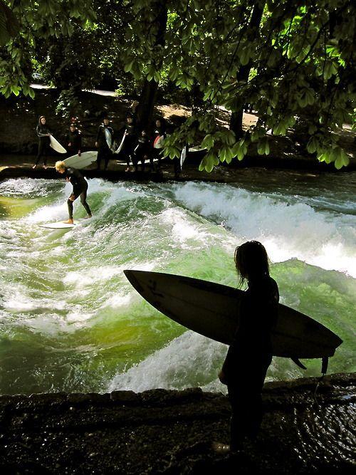Der Eisbach in München, wo Surfen mitten in der Stadt möglich ist. Super Treffpunkt für warme Sommertage.