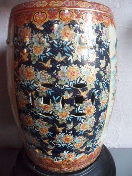 Tabouret de jardin en céramique style Satsuma, sur socle en bois sculpté à la main - Chine - deuxième moitié 20e siècle