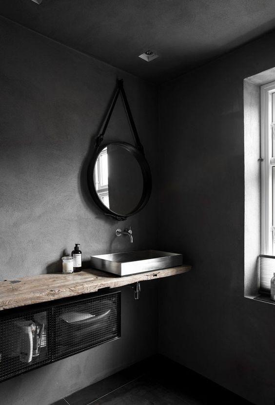 Wabi sabi Raum mit Betonwänden und eine grobe Holz-Zähler