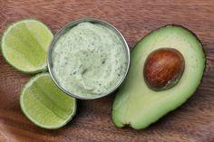 Recette et photos de la sauce mayonnaise d'avocat et coriandre, épicée à l'ail et au Tabasco vert au piment jalapeño, utilisée en cuisine d'Amérique Latine.