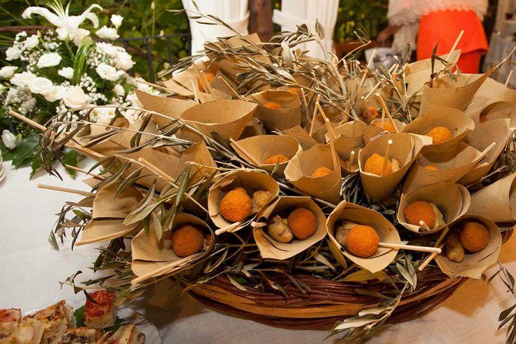 Cesto in vimini di coppi Siciliani, con fritturine e arancinetti