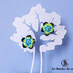 Boucles d'oreilles: petites fleurs jaunes et bleues