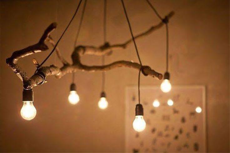 Rama de árbol con cable de cuerda y bombillas decorativas.