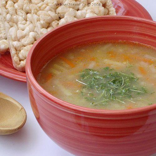 Tato snadná a šetřící polévka bude vhodná nejen pro lidi s oslabenou slinivkou, ale můžeme ji zařadit i do dětského jídelníčku. Máme-li čerstvou zeleninu, tak ji očistíme a nastrouháme na hrubém struhadle. Mraženou jenom vyklopíme do hrnce.