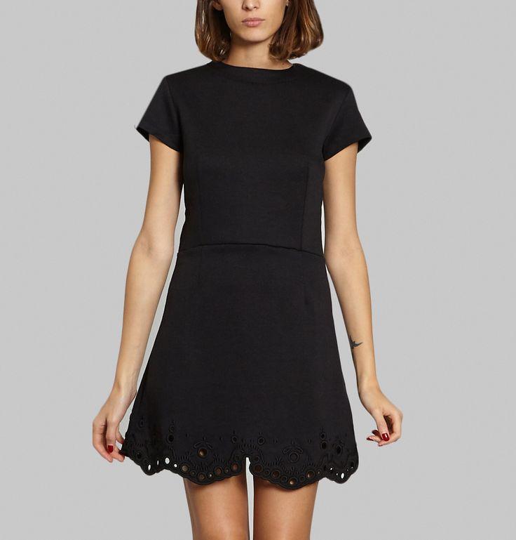 Robe en neoprène noir, col rond, manches courtes, broderie anglaise sur le bas de la robe, coupe droite.    Entre légèreté et simplicité, Carven propose un peti