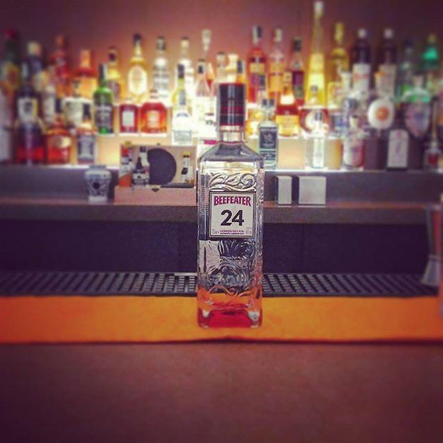 **Bottle in Space7** ●BEEFEATER 24 London Dry Gin Lanciato nel mercato nell'Ottobre del 2008. Viene distillato a Kennington, Londra. Alle botaniche tradizionali del Beefeater il Master Distiller Desmond Payne ha aggiunto un misto di thè rari. Più inglese di cosi non si può! #spazio7 #fondazionererebaudengo #beefeater24 #gin #londondrygin #kennington #Torino