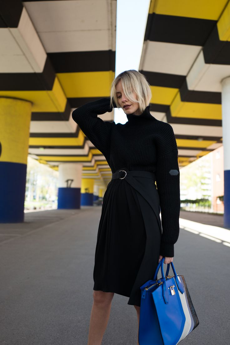 Louis Vuitton RTW – Going All Black w/ a touch of Blue // Lisa Hahnbück, Fashion Blogger, Fashion, Blogger, ootd, Streetstyle, outfit, louis vuitton, rtw, all black, bag, tasche, designer, luxury, düsseldorf, berlin, hamburg, münchen, new york, paris, mailand, winter, fall, herbst, look, 2017, 2018
