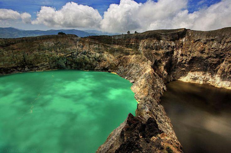 Situé sur l'île de Florès, le volcan Kelimutu pour ses trois lacs aux couleurs changeantes. L'un acide, de couleur verte, l'un noir et le troisième brun (à droite sur la photo).