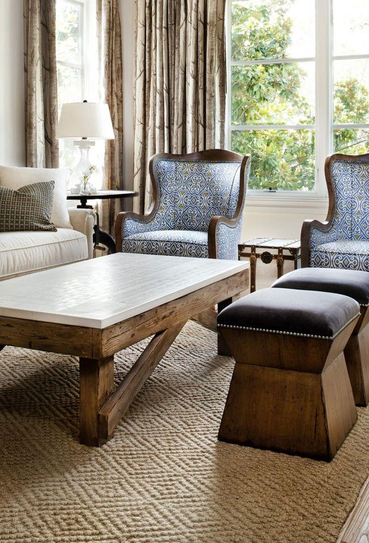 Мягкие кресла и пуфы в интерьере гостиной