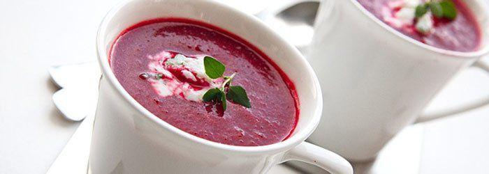 Nowy wymiar zupy buraczkowej! Zamiast gotowanych - pieczone buraczki, zamiast kawałków buraczków - zmiksowana zupa krem. Dodatekświeżego tymianku i aromat pomarańczy - to dodatki smakowe, które czynią zupę jeszcze bardziej ciekawą.