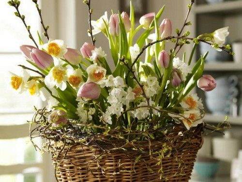 Strohkorb voller frischer Frühlingsblumen