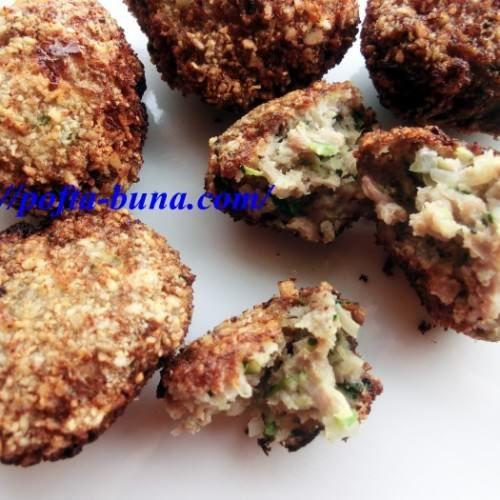chiftele-pufoase-carne-secrete 500 g carne 2 cepe mari 3 catei de usturoi 1 ou 2 dovlecei 150 gr each (rasi si scurgi) marar, patrunjel sare, piper, boia de ardei, cimbru, chimen si ienibahar macinate.