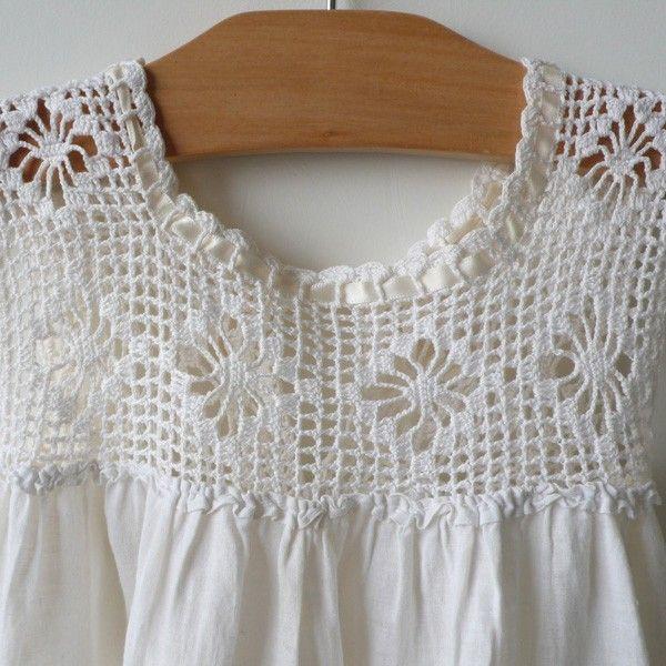 Crochet yoke detail ༺✿ƬⱤღ http://www.pinterest.com/teretegui/✿༻