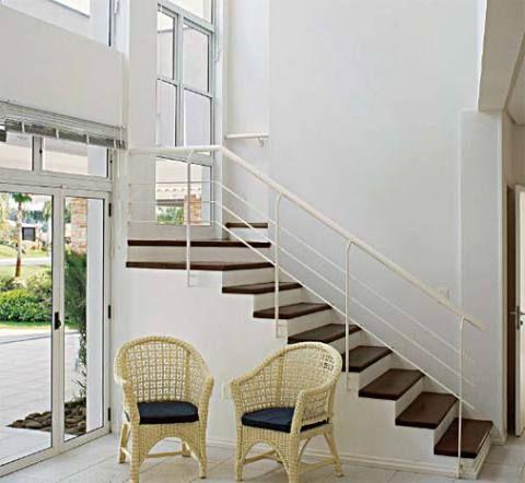 Esta casa de praia, de traços retos e marcada pelo branco, ganhou uma escada que combina com seu estilo: despojada, ela tem degraus de itaúba que se destacam no ambiente claro e um leve corrimão de ferro, que acompanha o traçado geométrico da construção. Projeto de Flavio Amaral Lima.