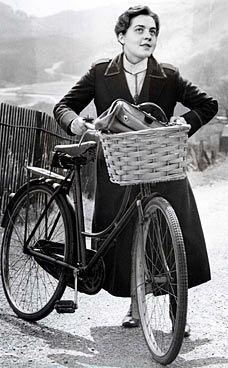 Jennifer Worth: Memories of a midwife on a bicycle  Jennifer Worth RN RM (25 September 1935 – 31 Mei 2011) was een Britse verpleegster en muzikante. Ze schreef een best-selling trilogie van memoires over haar werk als vroedvrouw in de arme wijk East End van London in de vijftiger jaren.