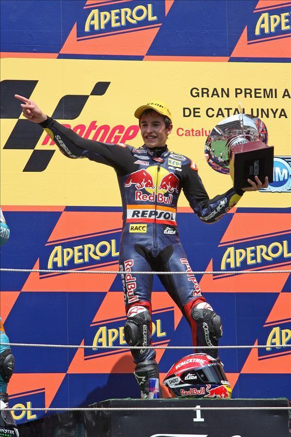 https://flic.kr/p/8gB1sY | Márquez celebra la victoria en Montmeló | Marc Márquez, piloto Repsol de 125cc, en el podio tras imponerse en el Gran Premio de Cataluña, disputado en Montmeló el 04/07/2010.