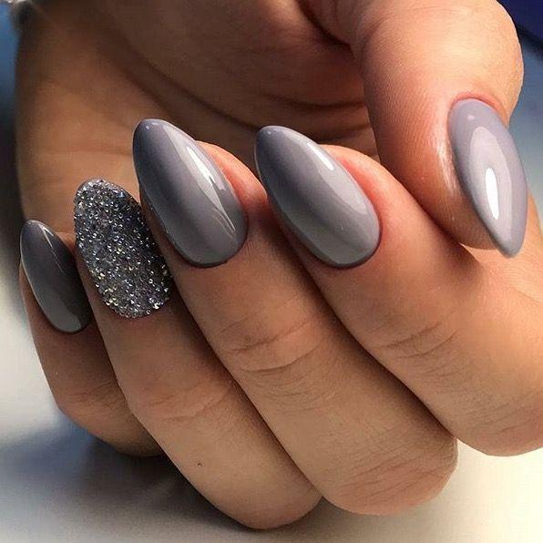 Nagelkunst in Grau und Glitzerakzent. Hellgraue Matte und glänzender Vulkan-Neonagel