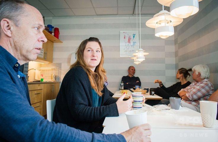 スウェーデンの首都ストックホルム(Stockholm)にあるスウェーデン・ハンドボール協会で同国伝統のコーヒータイム「フィーカ(Fika)」を楽しむ職員(2015年5月27日撮影)。(c)AFP/JONATHAN NACKSTRAND ▼22Jun2015AFP スウェーデン式コーヒータイム「フィーカ」とは http://www.afpbb.com/articles/-/3052437 #Fika