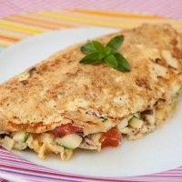Omelete top de frangoIngredientes:  - 1 ovo inteiro - 2 claras  - 120 gramas de frango desfiado - salsinha ou manjericão - 1/2 tomate picado - 1/2 abobrinha picada crua  (ou outro que você preferir como brócolis, chuchu, etc) - sal e pimenta do reino à gosto
