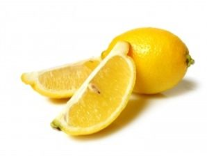 Ho scoperto questo trucco su GreenMe: riempire un bicchiere di vetro con acqua e succo di limone (in parti uguali) e un cucchiaino di aceto. Mettere il bicc