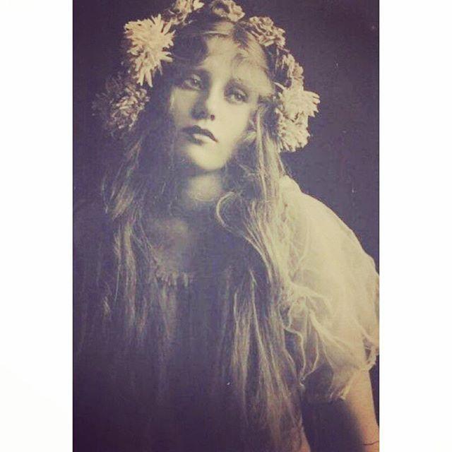 Vintage flower crown veil. So pretty! #vintagewedding #vintageveil #vintagebride #bohemianbride #bohobride #bride #flowercrown #veil #vintageveil #bohemianveil