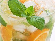 Pomarančové mojito 2 pomaranč 1 ks limeta 1 PL trstinový cukor 1 zväzok mäta 40 ml biely rum ľadDôkladne umyjeme limetku a nakrájame ju na mesiačiky a dáme do misky. Plátky pomaranča prekrojíme na polovicu a spolu s cukrom a mätou pridáme k limetke. Všetko miešame do vtedy, kým sa cukor nerozpustí v citrusovej šťave. Túto zmes dáme do pohára. Prilejeme rum, pridáme ľad a dolejeme pohár sódou. Nápoj ozdobíme mesiačikom pomaranča. Podávame so slamkou. sóda