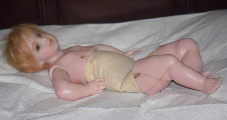 Вот прекрасный старый английский налил восковая Кукла. Кукла замечательная... у нее есть несколько старых трещин/трещины следы на ее ноги, но они плоские и