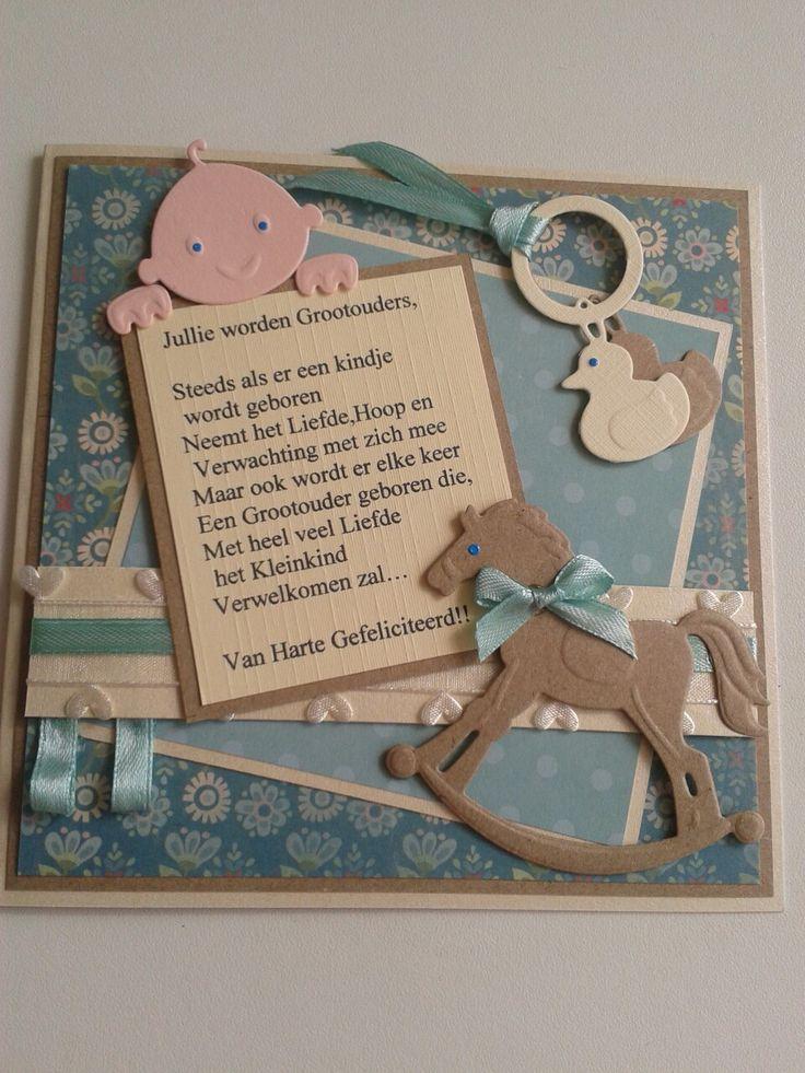 Kaart voor aanstaande grootouders met gedicht, hobbelpaard, babyhoofdje, rammelaar en lint.