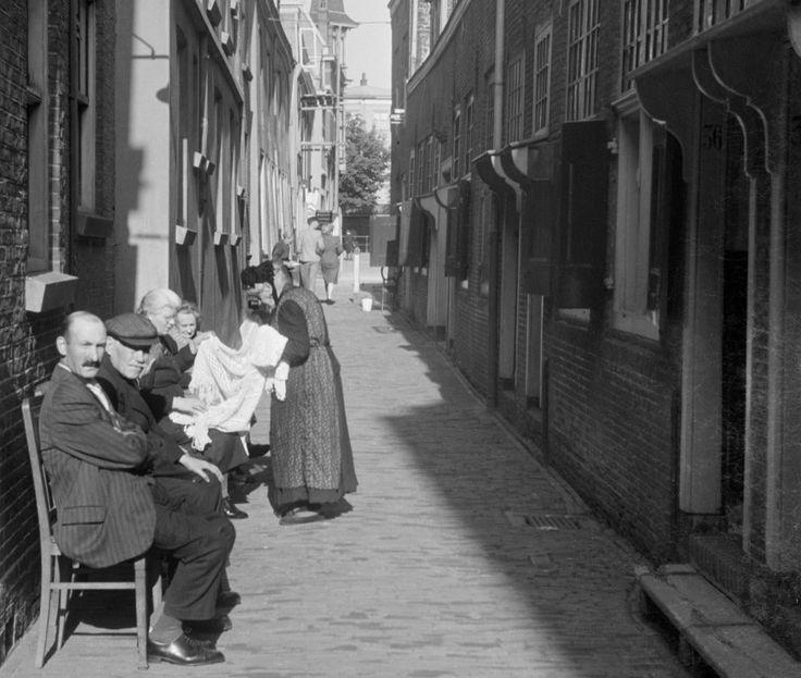 Utrecht - Zakkendragerssteeg - 1942 - fotograaf Nico Jesse