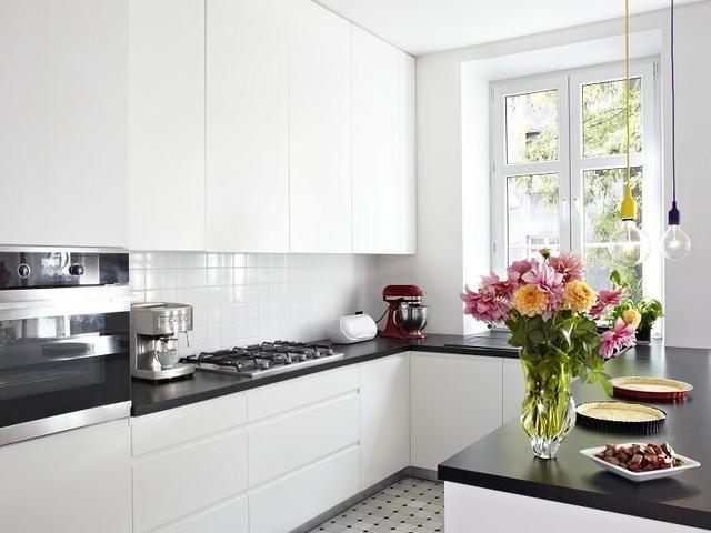 Skandynawska biała kuchnia z salonem: wnętrze perfekcyjnie zorganizowane KOSZTORYS