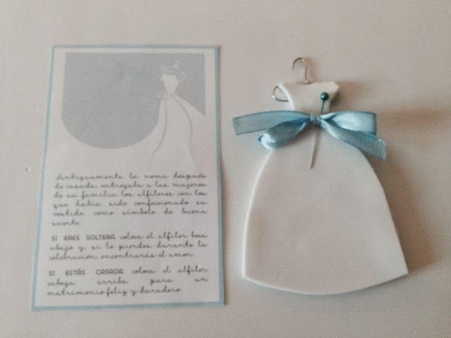 Alfileres para regalar a las mujeres de tu boda. Plantilla descargable y tutorial para hacer un porta alfileres DIY