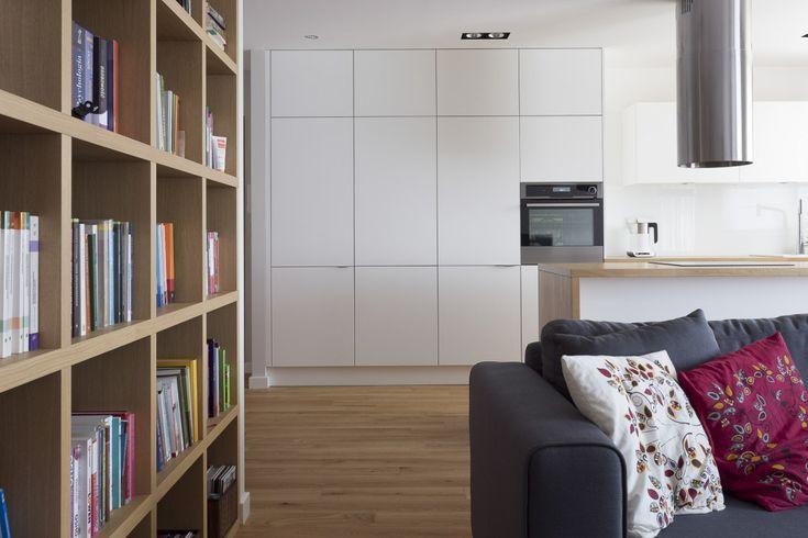 minimalizm biała kuchnia etno akcenty poduszki z haftem biblioteczka styl ludowy livingroom pokój z kuchnią salon z kuchnią szara kanapa