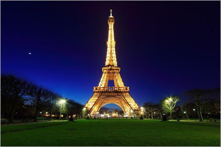 La Tour Eiffel è sempre più Green, Con la collaborazione di una società americana, è stato possibile installare un doppio impianto mini eolico ad asse verticale sopra il secondo piano della famosa Torre di ferro, ad oltre 120 metri di altezza, in grado di produrre energia ellettrica a sufficienza per l'autoconsumo delle attività commerciali all'interno di questa grande icona architettonica.