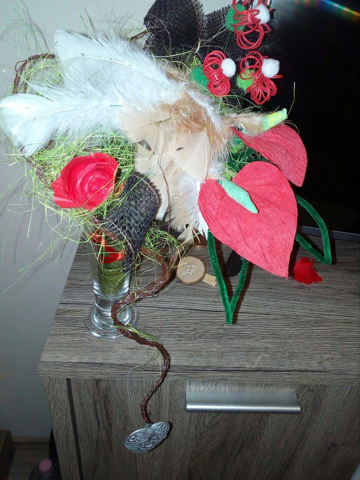 Drótból font szív alapon  flamingó virágok papirból,tollak díszítik ezt a látványos csokrot
