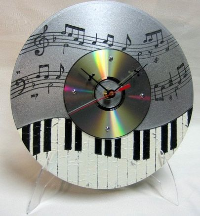 Recycle unwanted CD's into musical clocks! All you need is a little artistic hand to plan your piano key design. Then install a small clock mechanism and either set on a picture frame stand or hang to the wall #DIY #project #decor