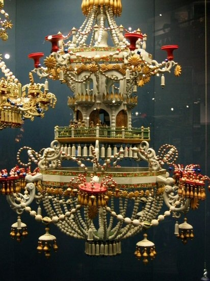 Spielzeugmuseum Seiffen - so, it's a music box. Wooden music box chandelier :-D Wow!