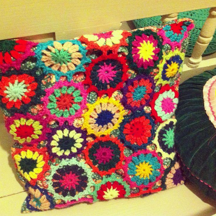 """Gehaakt kussen, met Primulla patroon uit """"Arne & Carlos breien de bloemetjes buiten"""" #haken #crochet"""