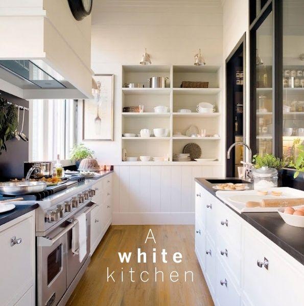 Biała kuchnia z metalowymi gałkami do mebli