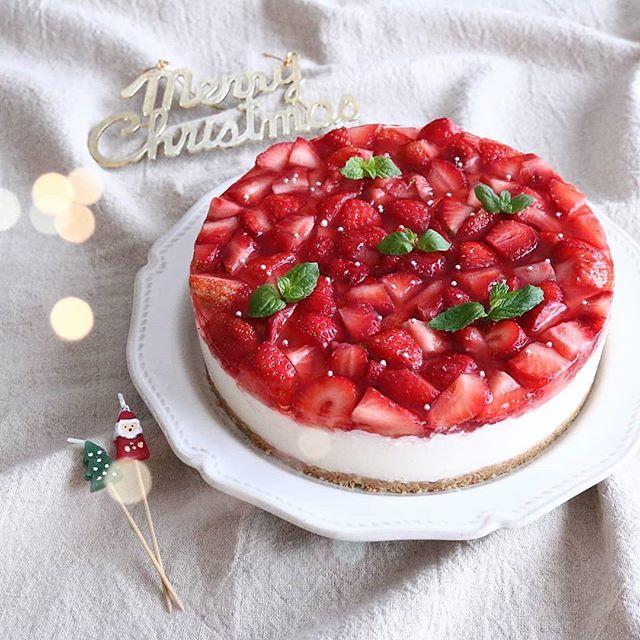 2017.12.25🎄🎄🎄 . . 今年のクリスマスケーキは いちごのレアチーズケーキにしました🎂 . . みなさま素敵なクリスマスをお過ごしください✨ . . あっ。ママサンタ大成功でした🎅✌ . . 🎄🎄🎄 #yunaおやつ#lin_stagrammer#kurashiru#delistagrammer#デリスタグラマー#クッキングラム#クッキングラムアンバサダー#タベリー#Kissカメラ#iegohanphoto#dessert#sweets#teatime#oyatsu#homemade#デザート#スイーツ#ケーキ#おやつ#手作り#アレルギー対応#卵アレルギー#レアチーズケーキ#クリスマスケーキ