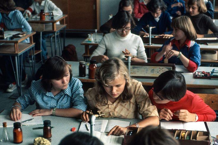 Szkoła (na lekcji chemii), Lata 70., Polska. Foto © Chris Niedenthal