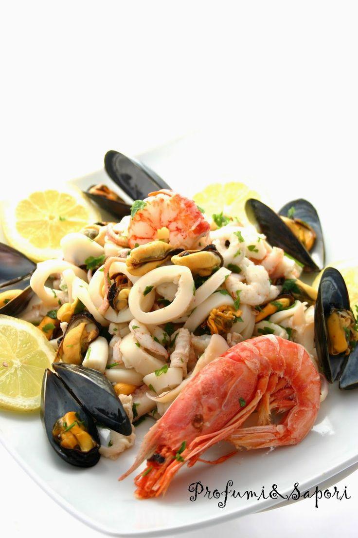 Fresca, gustosa, versatile. L'insalata di mare profuma di estate e di cene in balcone. Perfetta come antipasto, ideale anche come secondo. La preparazione non è complicata, richiede solo un p…