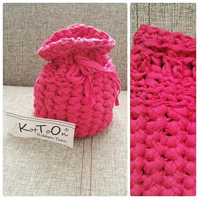 Podczas mojej niedzielnej podróży z Torunia do Nowogardu powstał taki woreczek/ sakiewka :) uwaga, zdjęcie zawiera lokowanie produktu 😂 ribbonyarn od @keskese1979 #kottoon #ribbonyarn #crochet #crochetxxl #szydełkowelove  #moderncrochet #szydełkowanie #szydełko #handmade #handmadeinpoland #craft #rekodzieło #karolahandmade #yarn #yarnporn #loveit #passion #polskierekodzielo #toruń #nowogard #szczecin #goleniów