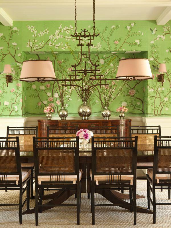 """Le vert prairie de ce papier peint à motif """"chinois"""" s'égaye d'un rose Coquille très doux."""