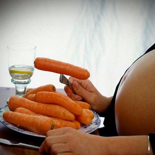 Книга рецептов для беременных Семейная #пара дизайнеров из #США – Хуарез Родригез и Вики Джейкоб-Эбинхаус – работают над созданием необычной кулинарной #книги «#Едим за двоих». В неё войдут #рецепты, созданные желаниями беременных женщин, которые, как известно, любят неожиданные #вещи и сочетания. Например, картофельное #пюре с карамельным соусом, шоколадный #торт с оливками, шоколадный батончик в беконе, #арбуз со сливочным маслом, #попкорн с квашеной капустой, мороженое с перцем.