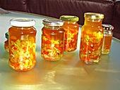 Peperoni haltbar machen  Zutaten  600 gPeperoni 100 gKnoblauch, frisch 600 gZwiebel(n)  Olivenöl  Salz
