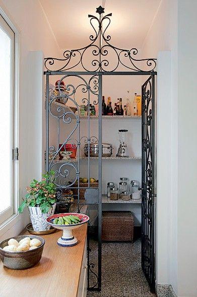 Um canto na cozinha ou na �rea de servi�o pode virar uma despensa. N�o � preciso muito para a transforma��o: basta uma porta para delimitar o espa�o e prateleiras nas paredes